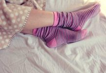 Wearing socks while sleeping may help to prevent the symptoms of Raynaud's disease.
