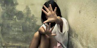 પડોસીયુવાન આબાળકીની એકલતનો લાભ લઇ તેનો હાથ પકડી ઘરની પાછળના ભાગે લઇ ગયો હતો. જયાં એકાંતનો ગેરલાભ લઇ બાળાના છાતીના ભાગે હાથ ફેરવી અશ્લીલ હરકત કરી હતી
