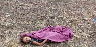 ખેડૂત પરિવારની દીકરી કિંજલબેન દિલીપભાઈ વસાવા ઉંમર વર્ષ 6 રમતી રમતી ખેતરમાં પહોંચી હતી. ત્યારે 6 વર્ષીય કિંજલનો પગ ભૂલમાં જીવંત વીજતાર પર પડી જતાં કરંટ લાગવાથી કિંજલનું મોત નિપજયું હતું.