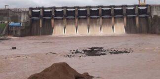 ડેમમાં પાણીની આવક થતા ડેમના 9 દરવાજા ખોલીને 1.43 લાખ ક્યૂસેક પાણી દમણગંગા નદીમાં છોડવામાં આવ્યું હતું.